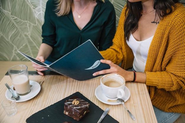 Crop друзей чтение меню в кафе
