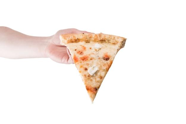 Ritaglia la mano portando la fetta di pizza