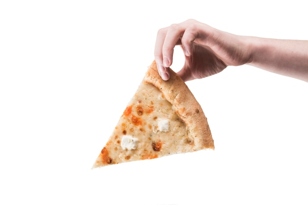 Mano che tiene la pizza in mano