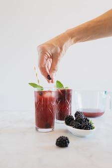 Ritaglia la mano mettendo il mirtillo nel bicchiere
