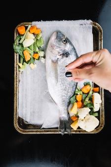 Ritaglia il pesce salato a mano