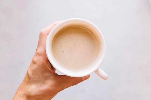 Ручная работа с чашкой кофе
