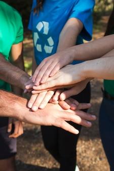 서로 활동가의 손을 자르십시오