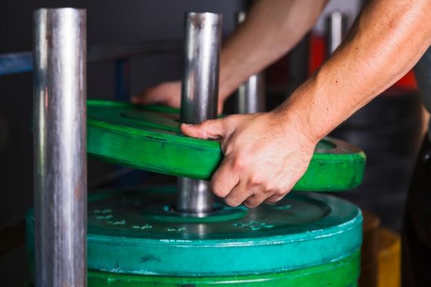 Обрезать руки, принимая вес для гантелей