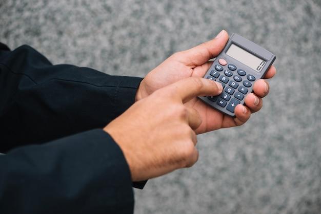 Ritaglia le mani con il calcolatore