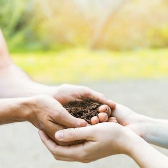 비옥 한 흙으로 손을 자르십시오