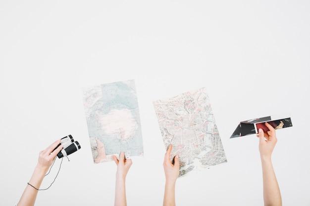지도와 쌍안경으로 자르기 손
