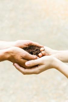 토양으로 손을 자르십시오