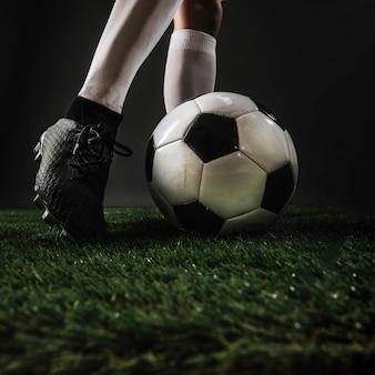 Ножки для ножа ногами мяч на траве