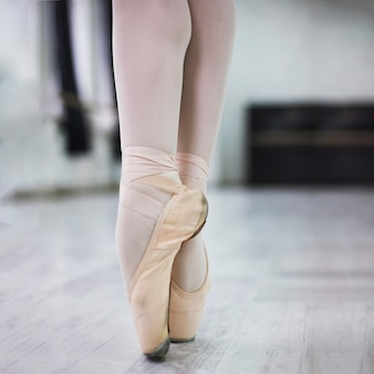 Crop legs in pointe shoes
