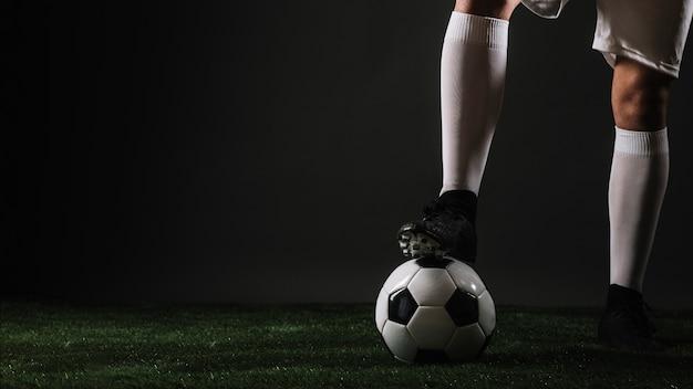 Кадрирование ног, шагающих по мячу