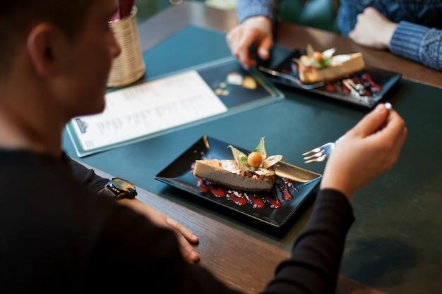 Crop человек есть десерт в кафе