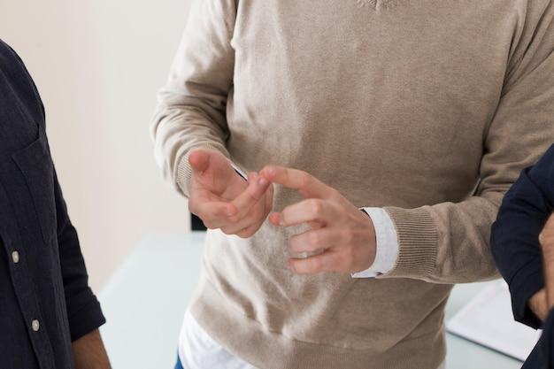 Человек-растение жестом во время разговора с коллегами