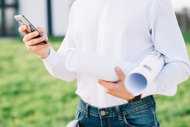 Raccogli uomo con bozze e smartphone