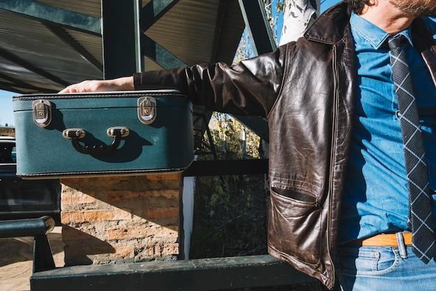 Человек урожая с чемоданом на станции