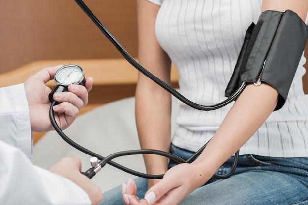 Crop medic e paziente misurazione pressione