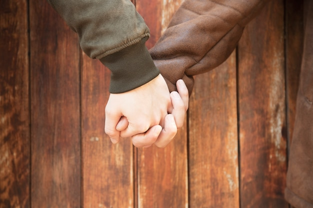 Ritaglia gli uomini che si tengono per mano con amore