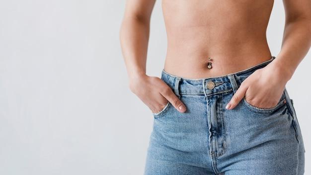Урожай живота женщины в джинсовой ткани