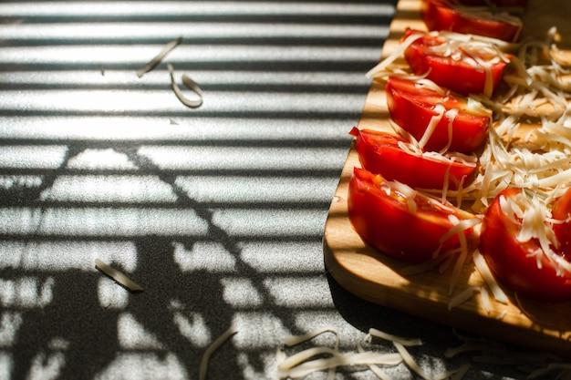 カットトマトと粉チーズの収穫。