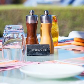 Обрезка столика в ресторане на курорте