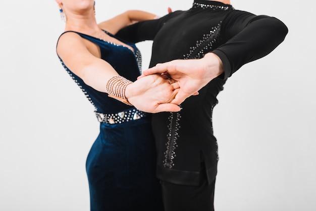Партнеры по кадрированию танцуют бальные танцы