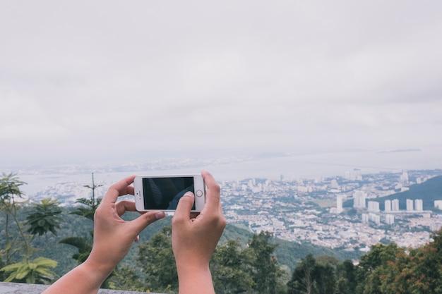 都市景観を撮影する作物の人