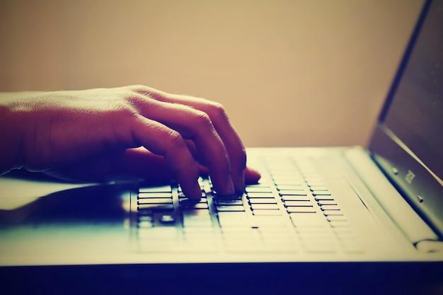 «обрезать человека, используя ноутбук»