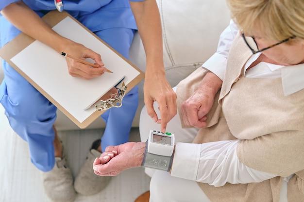 안압계로 환자의 맥박수를 측정하는 작물 의사