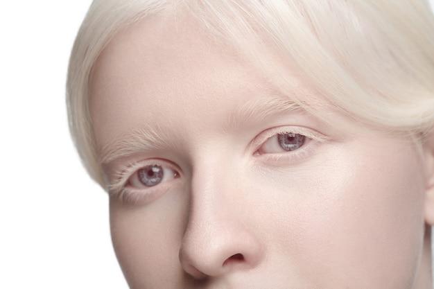 Урожай портрет красивой женщины-альбиноса, изолированные на белом фоне студии.