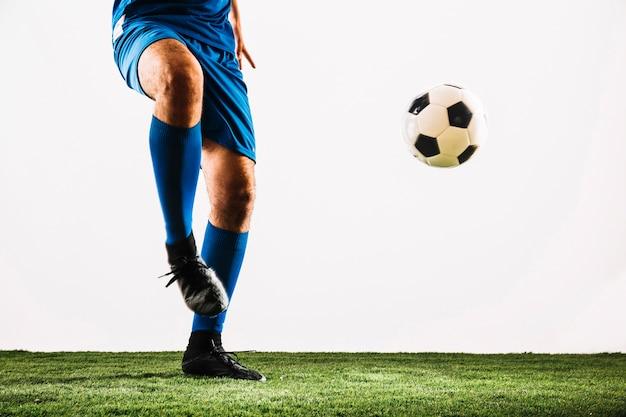 Кролик футболист и мяч