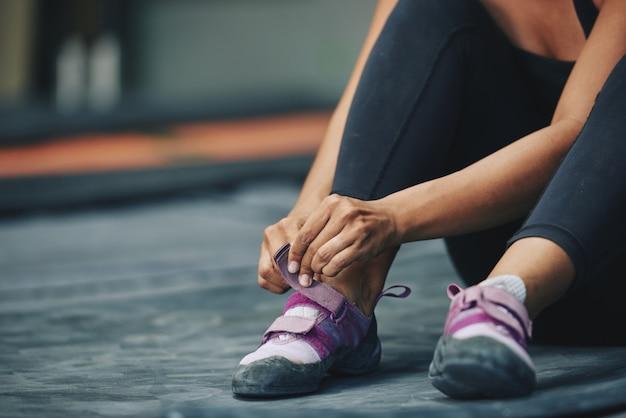 Урожай спортсменки надевает кроссовки