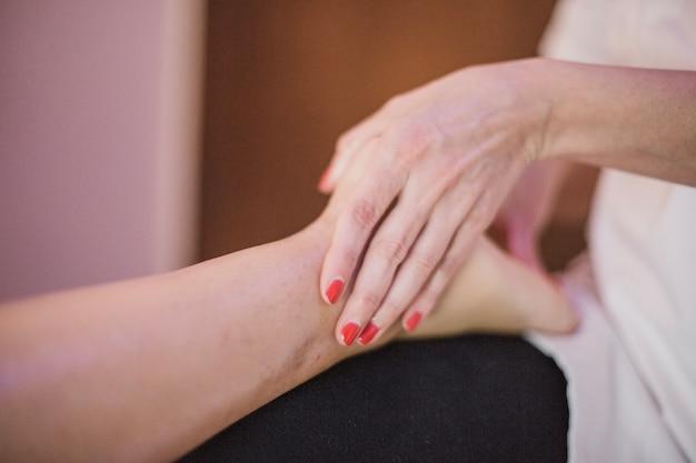 Terapista di coltura massaggio piede