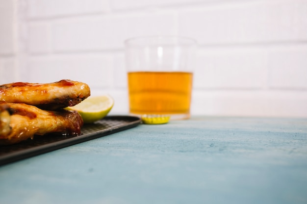 Поднос с жареной курицей и пивом