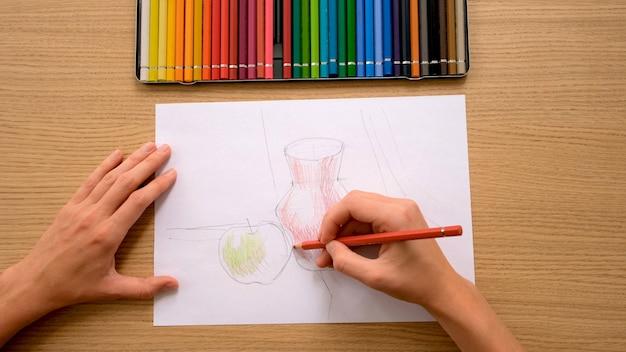 직장에서 종이에 연필로 자르기 인식 할 수없는 예술가