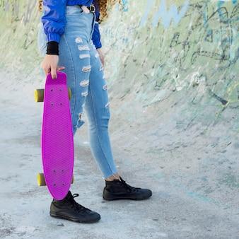 젊은 도시 여자 스케이트의 자르기보기