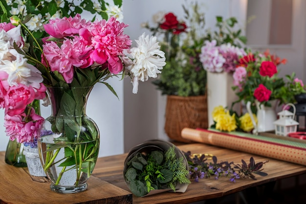 Стеклянная ваза saller с цветущими пионами. составление букетов