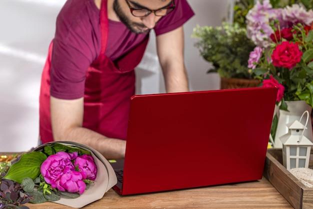 Урожай продавец цветов. флористический бизнес. составление букетов.