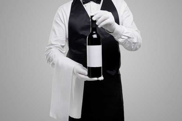 ワインのボトルを示すクロップウェイター