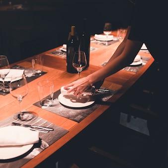 자르기 웨이트리스 설정 식당 테이블