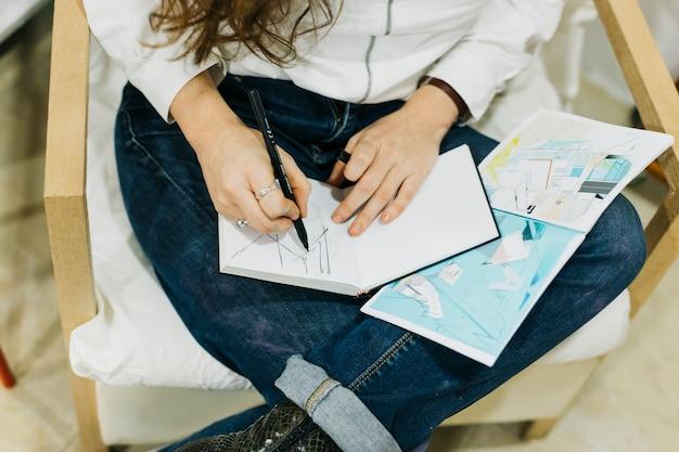 Урожай женщина рисунок на коленях