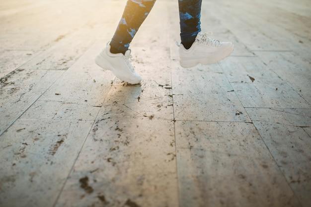 Coltura donna che salta sul marciapiede