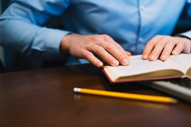 ラップトップキーボードで作物の読書の本