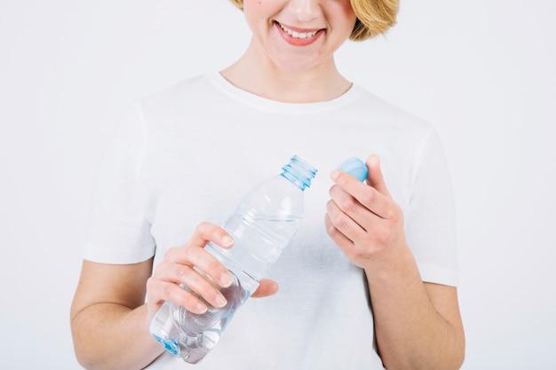La donna del raccolto con la bottiglia aperta su bianco