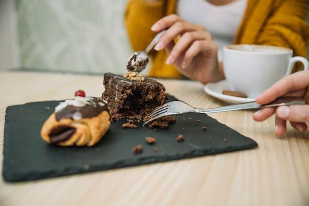 Урожай женщины едят торт