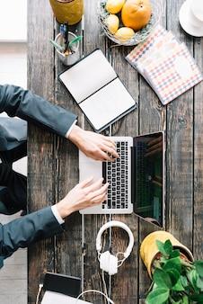 Crop бизнесмен, используя ноутбук
