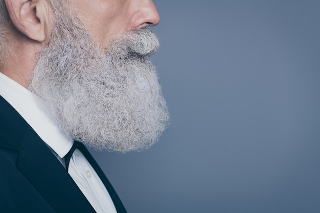 회색 보라색 보라색 파스텔 컬러 배경 위에 절연 그의 좋은 매력적인 차분한 콘텐츠 단정 한 회색 머리 남자의 자른 근접 프로필 측면보기 초상화