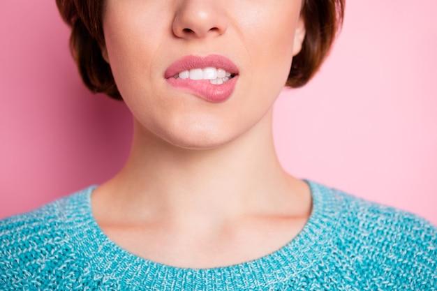 Обрезанный вид крупным планом портрет ее красивой привлекательной женщины, кусающей губу, реклама медицинских процедур, лазерная эпиляция, депиляция, бритье