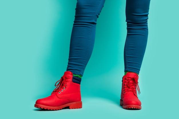 맞는 숙녀 다리 엉덩이의 자른 근접 촬영 사진은 멋진 세련된 빨간색 낚시를 좋아하는 하이킹 신발과 바지 절연 청록색 밝은 색 벽을 착용