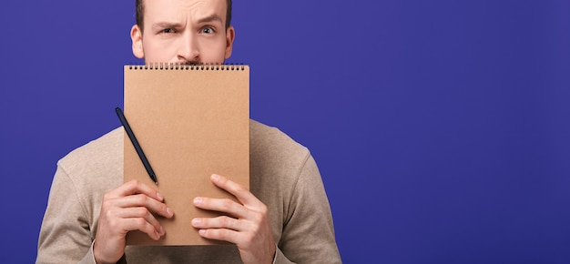 Cropped frame man with notebook and pen.