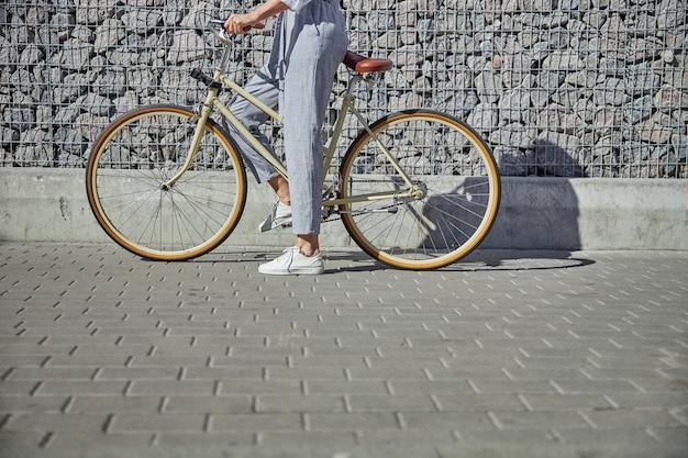 도시 거리에서 빈티지 자전거를 타기 시작한 회색 바지를 입은 사업가의 머리 초상화